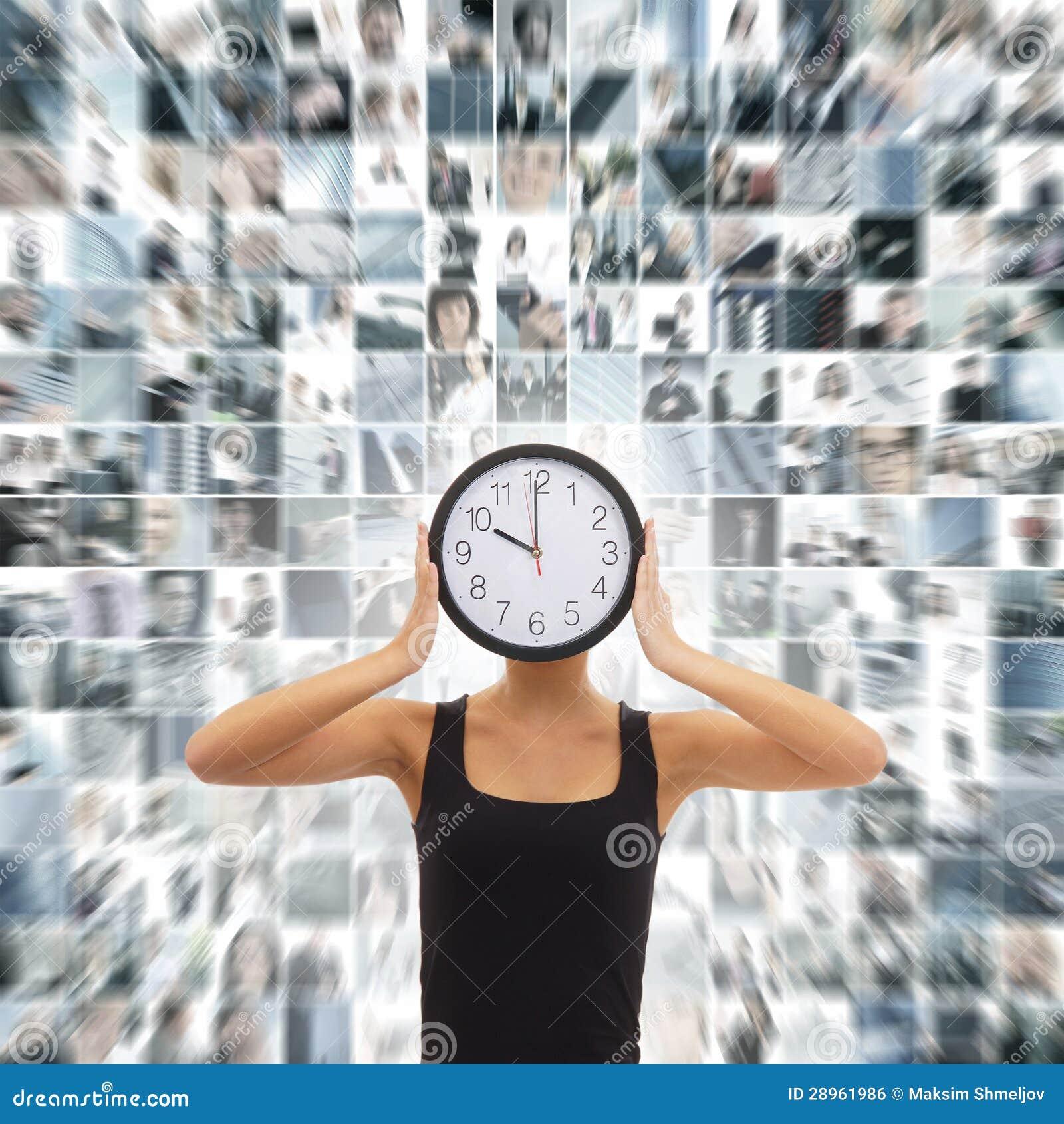 Kolaż kobieta trzyma zegar na biznesowym tle