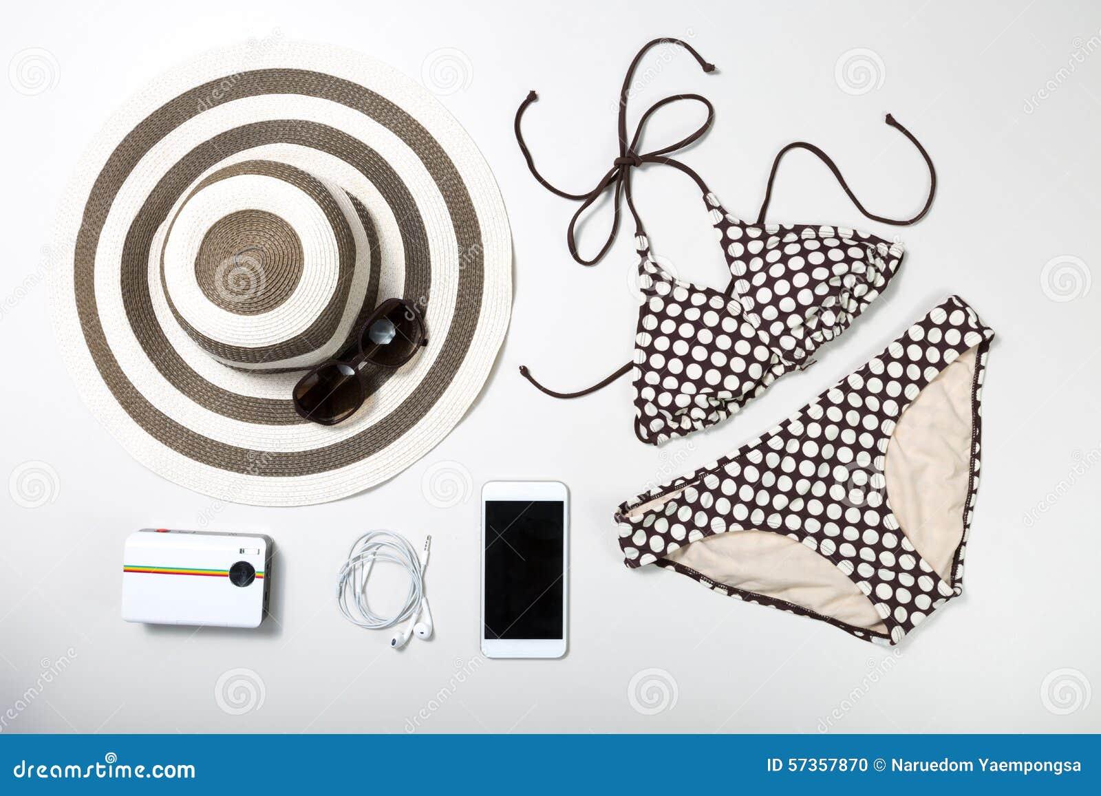 Kolaż kobiety odzież odizolowywający na bielu akcesoria i