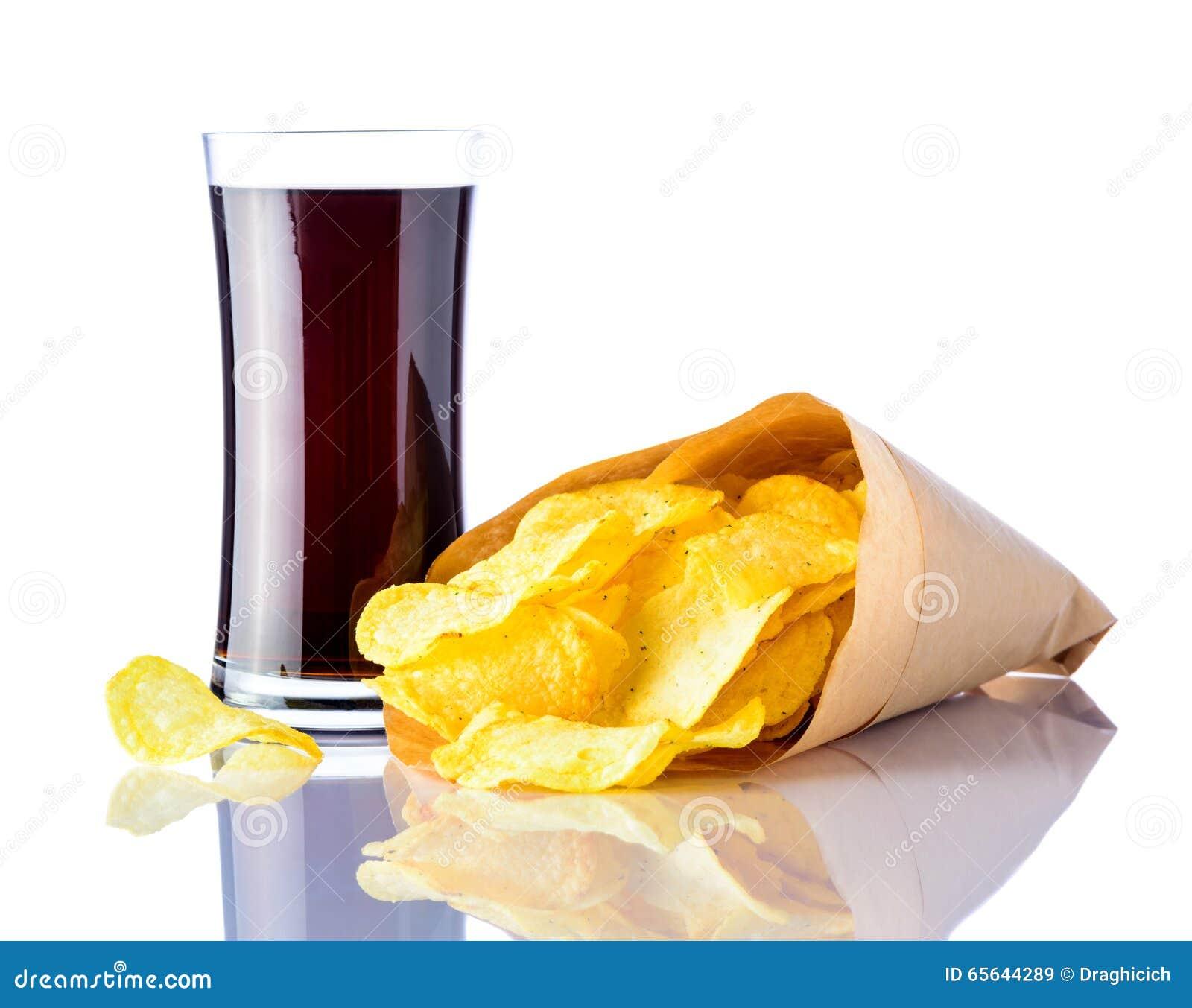 Kola et pommes chips sur le fond blanc