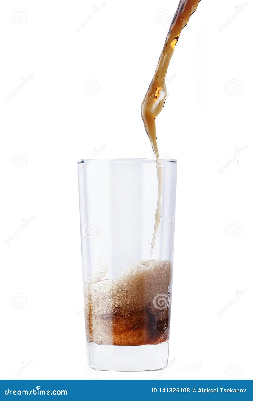 Kola se renversant en verre d isolement sur le fond blanc