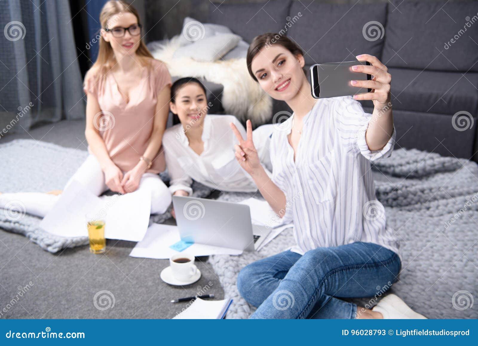 Koledzy bierze selfie podczas gdy pracujący na biznesowym projekcie