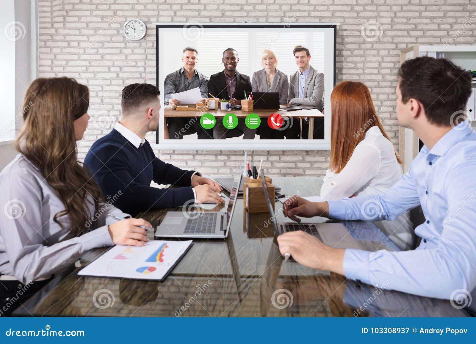 Kolega Robi Wideo konferenci W biurze