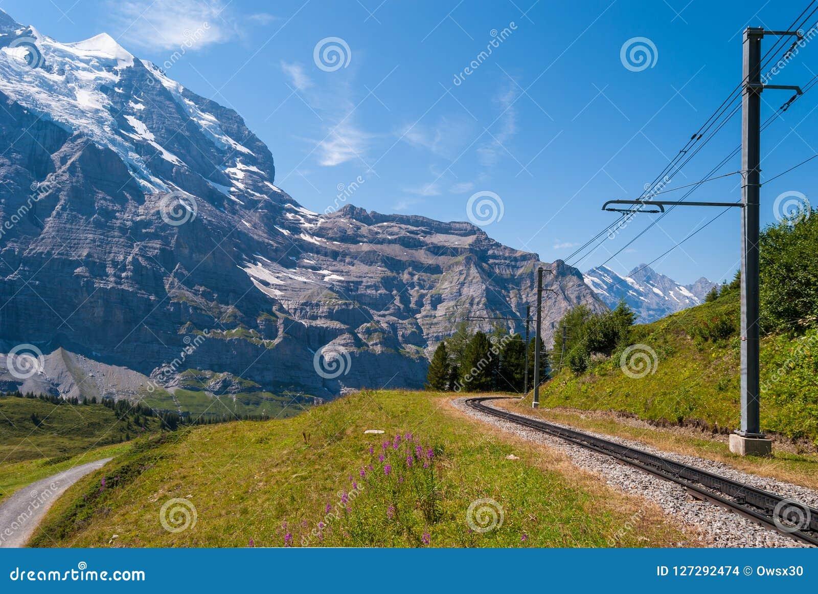 Kolej na tle Jungfrau góra w górach Szwajcaria