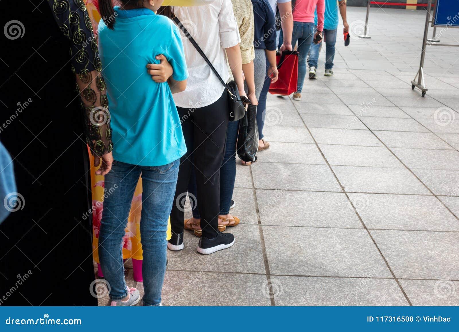 Kolejka Azjatyccy ludzie czeka w linii w miastowej ulicie