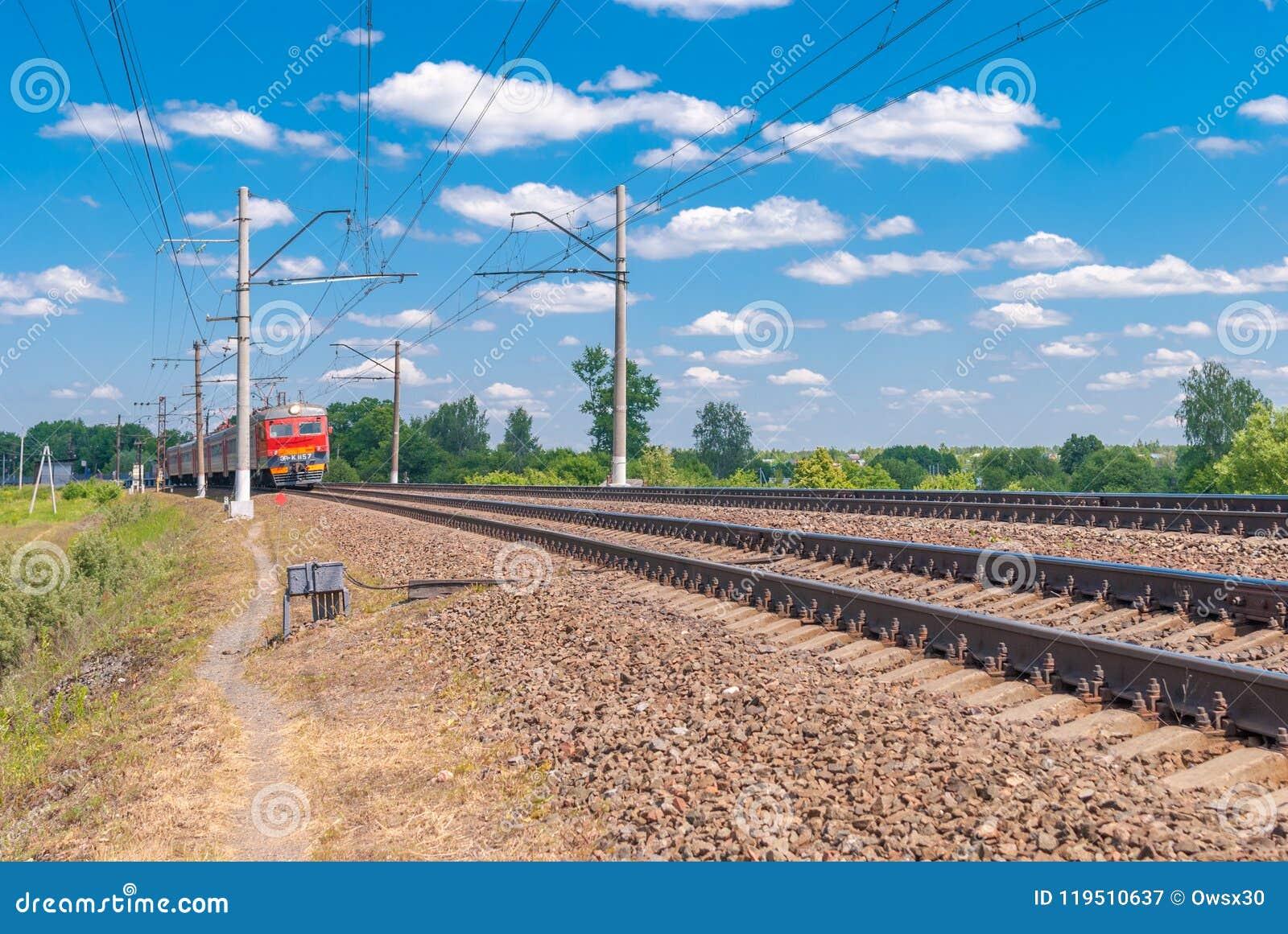 Kolejowego śladu dwutorowa kolej na tle błękit Rosja