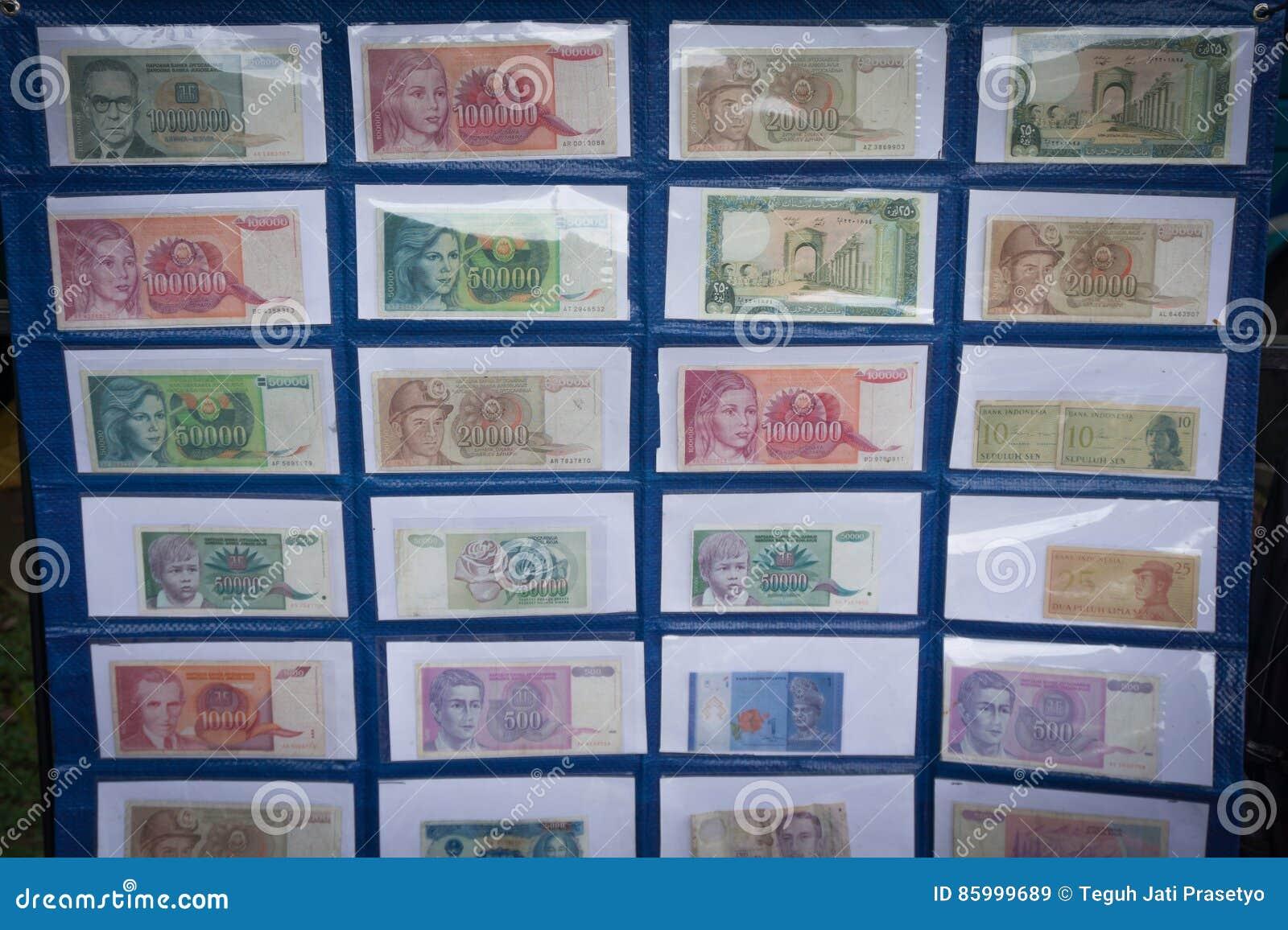 Kolekcja Indonezja ` s papierowy pieniądze wystawiający w muzealnej fotografii brać w Bogor Indonezja