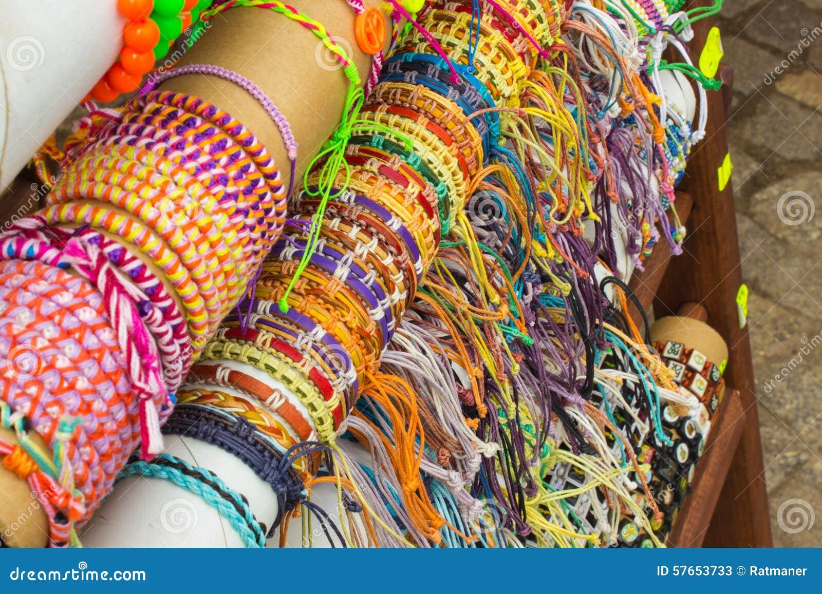 Kolekcja kolorowe bransoletki na kramu przy bazarem
