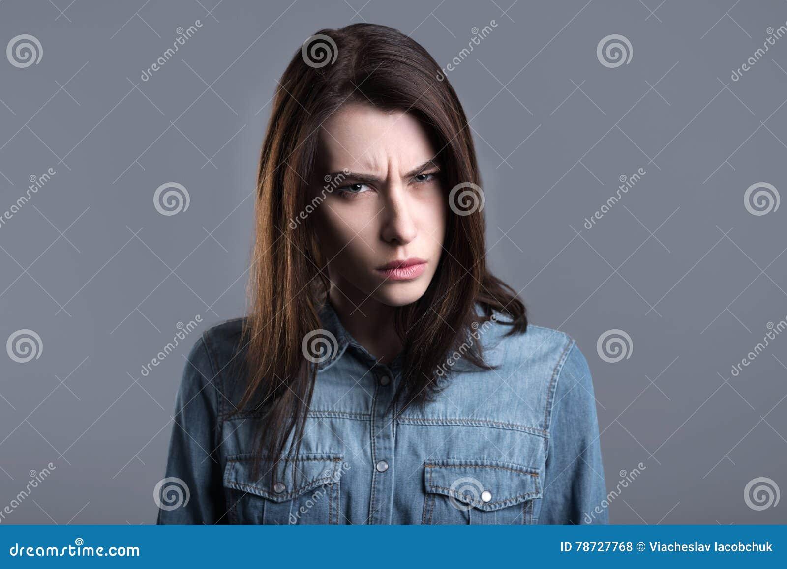 Kolerisk ung kvinna