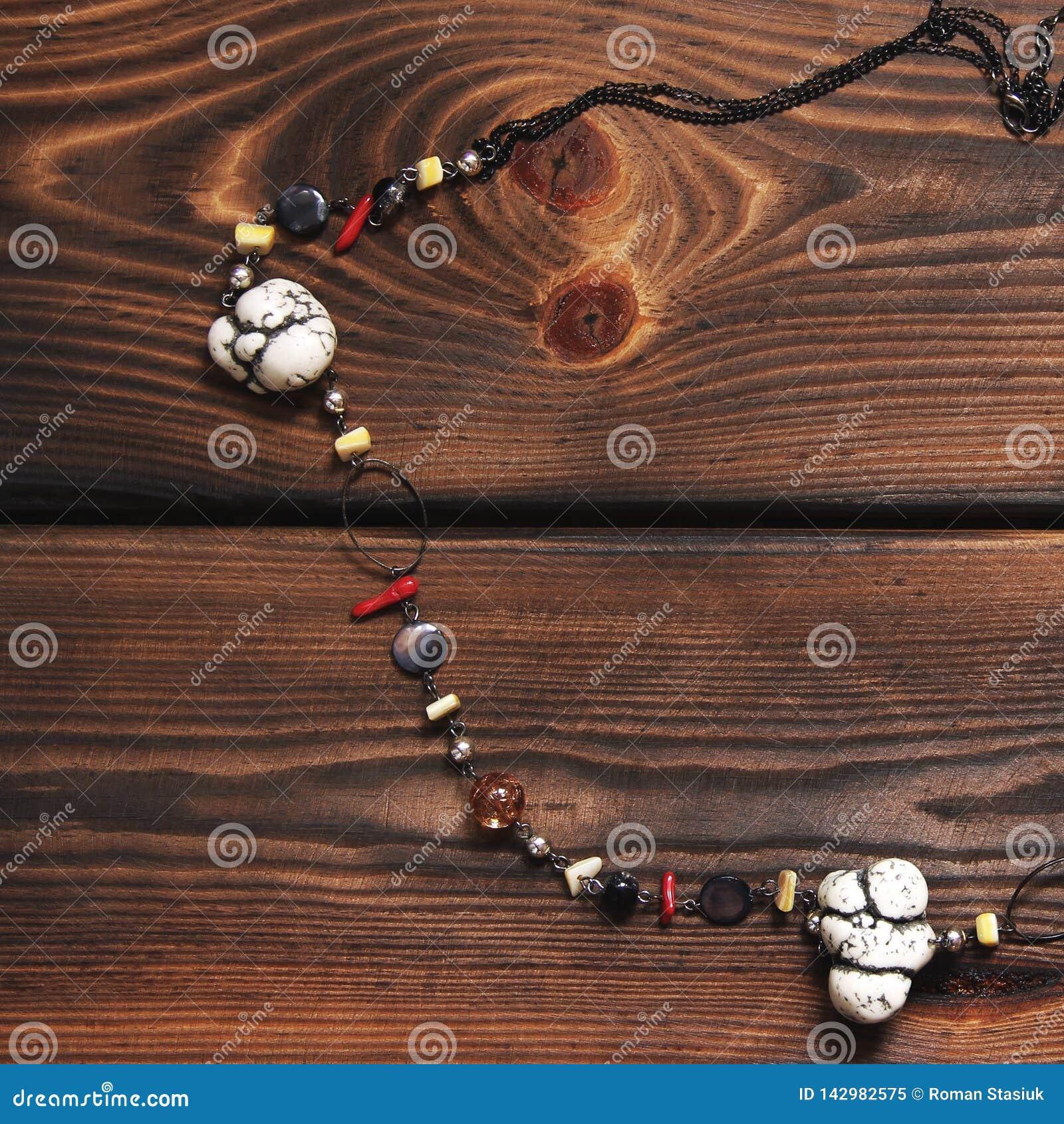 Kolia na drewnianym tle