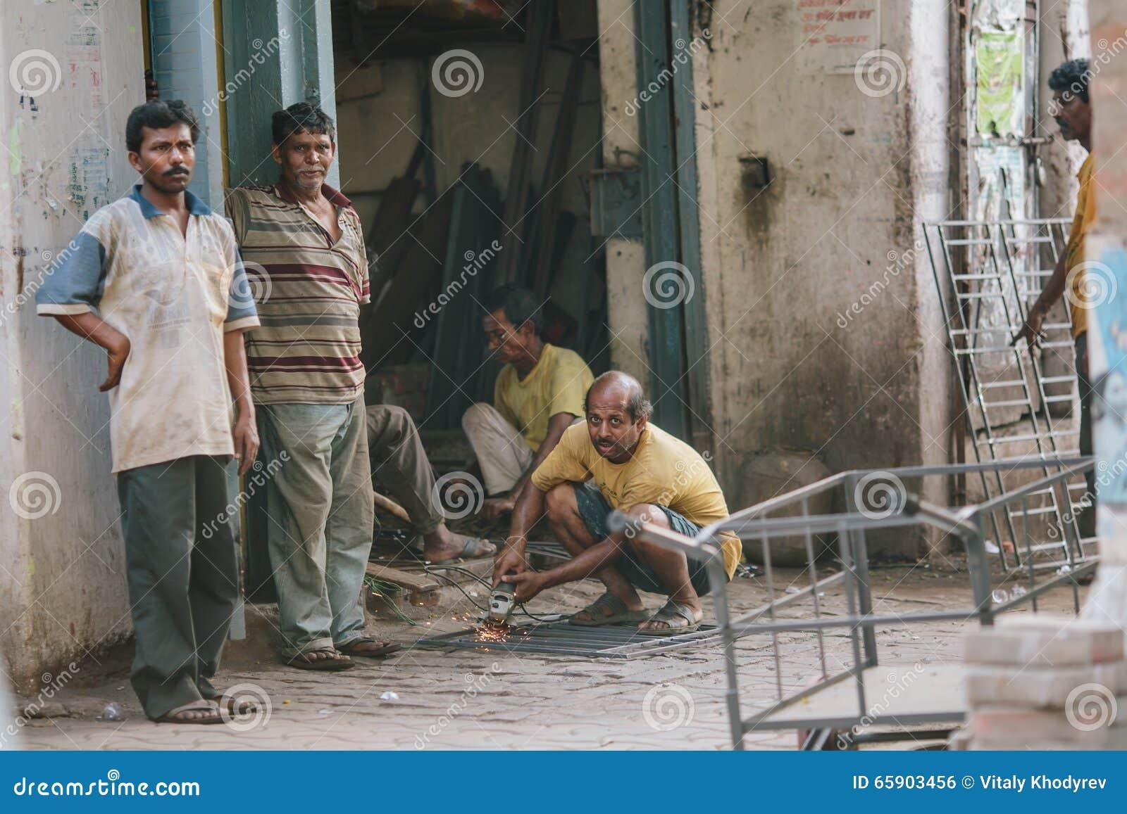 """KOLKATA, †da ÍNDIA """"12 de abril de 2013: Trabalho indiano incompetente do artesão sem observar medidas de segurança"""