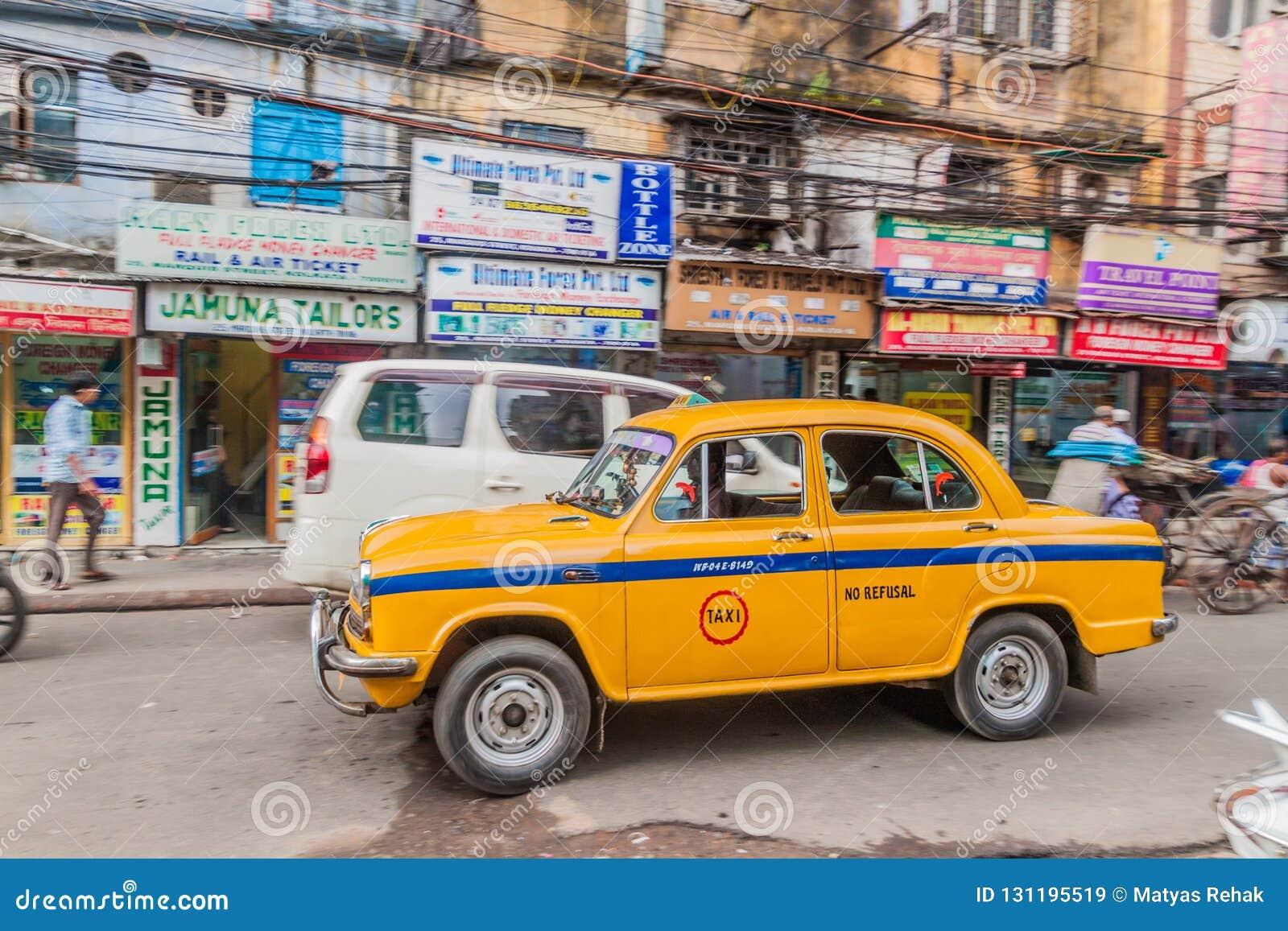 KOLKATA, INDE - 27 OCTOBRE 2016 : Vue de taxi jaune d ambassadeur de Hindustan au centre de Kolkata, Ind