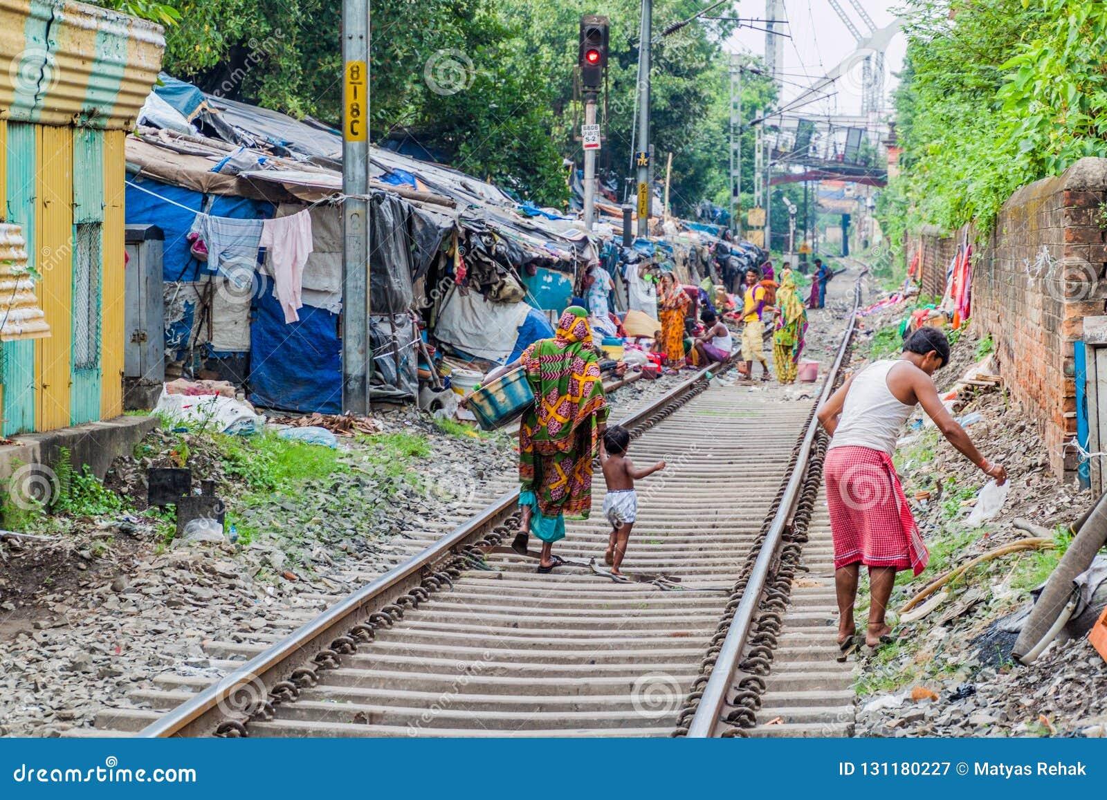KOLKATA, INDIA - OKTOBER 31, 2016: Spoorwegspoor en een krottenwijk in het centrum van Kolkata, Ind.