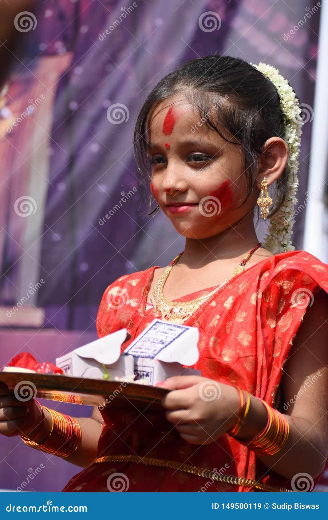 """Kolkata Indien †""""Oktober 19 2018; Kvinnor deltar i Sindur Khela på en puja som är pandal på den sista dagen av den Durga pujaen"""