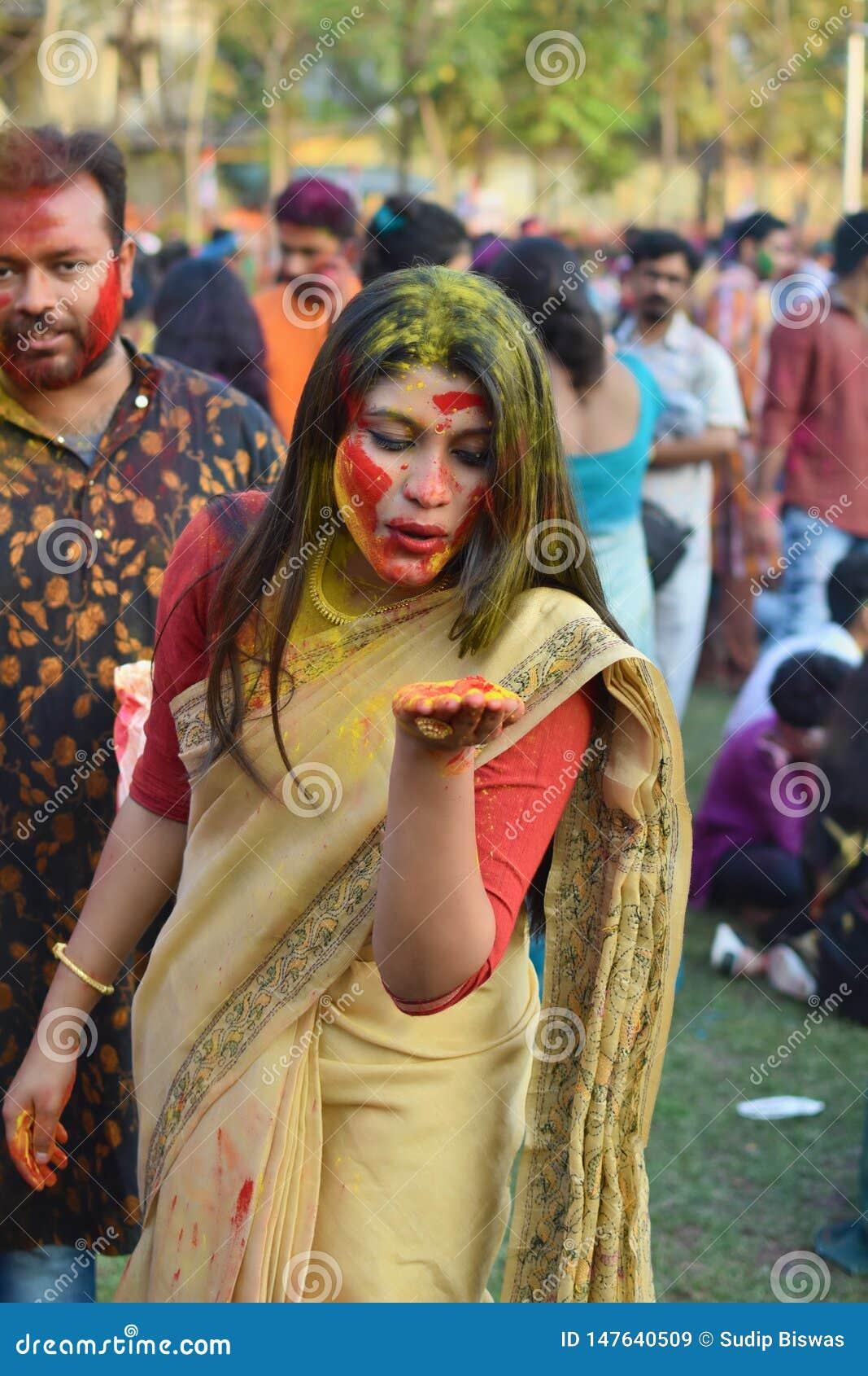 Kolkata, la India - 18 de marzo de 2019; Los estudiantes de Rabindra Bharati University celebran ?Basanta Utsav ?en su campus en