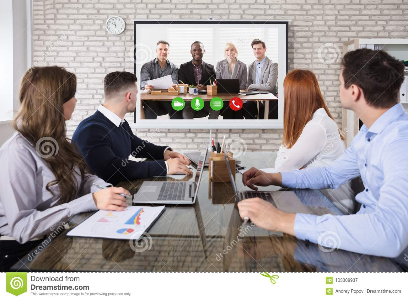 Kollege, der Video-Conferencing im Büro tut