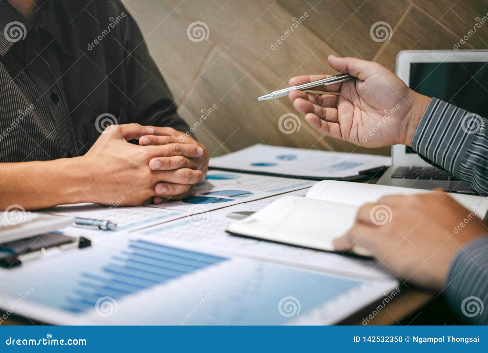 Kollegen des Geschäftsteams zwei, die Gespräch mit Partnerdarstellungsprojekt am Treffen des Arbeitens und des Analysierens, Idee