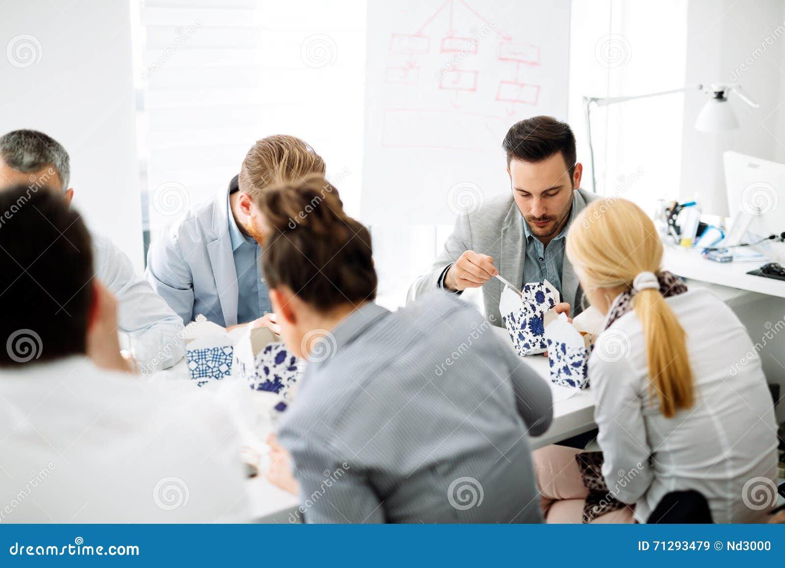 Kollegen Die Im Buro Essen Stockbild Bild Von Kaukasisch Sitzung
