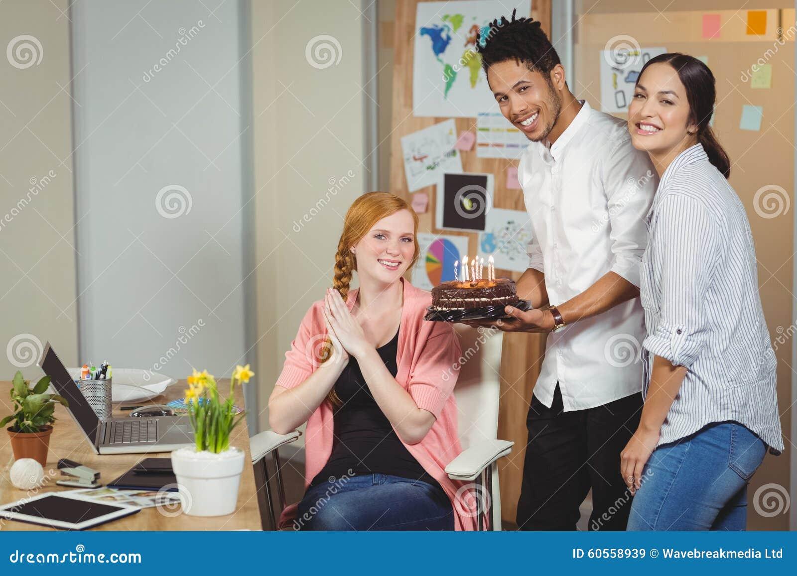 Kollegen Die Mit Kuchen Aufwerfen Stockbild Bild Von Hande