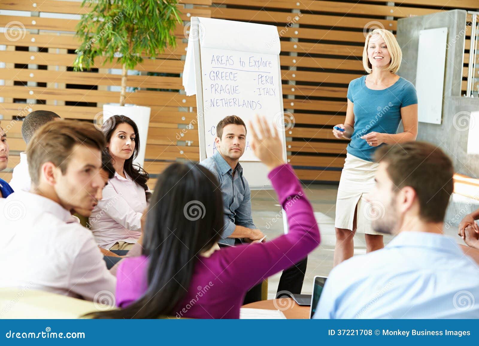 Kollegor för affärskvinnaMaking Presentation To kontor
