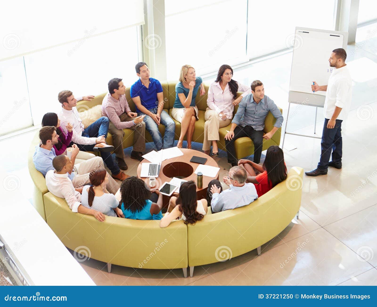 Kollegor för affärsmanMaking Presentation To kontor