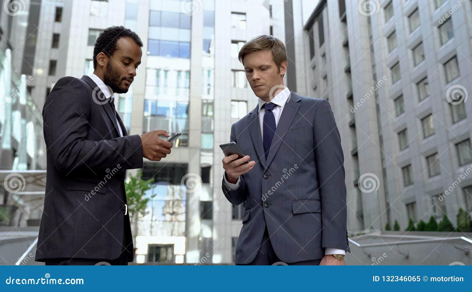 Kollegor som använder smartphones för för online-transaktion för pengar packa ihopapp lämplig