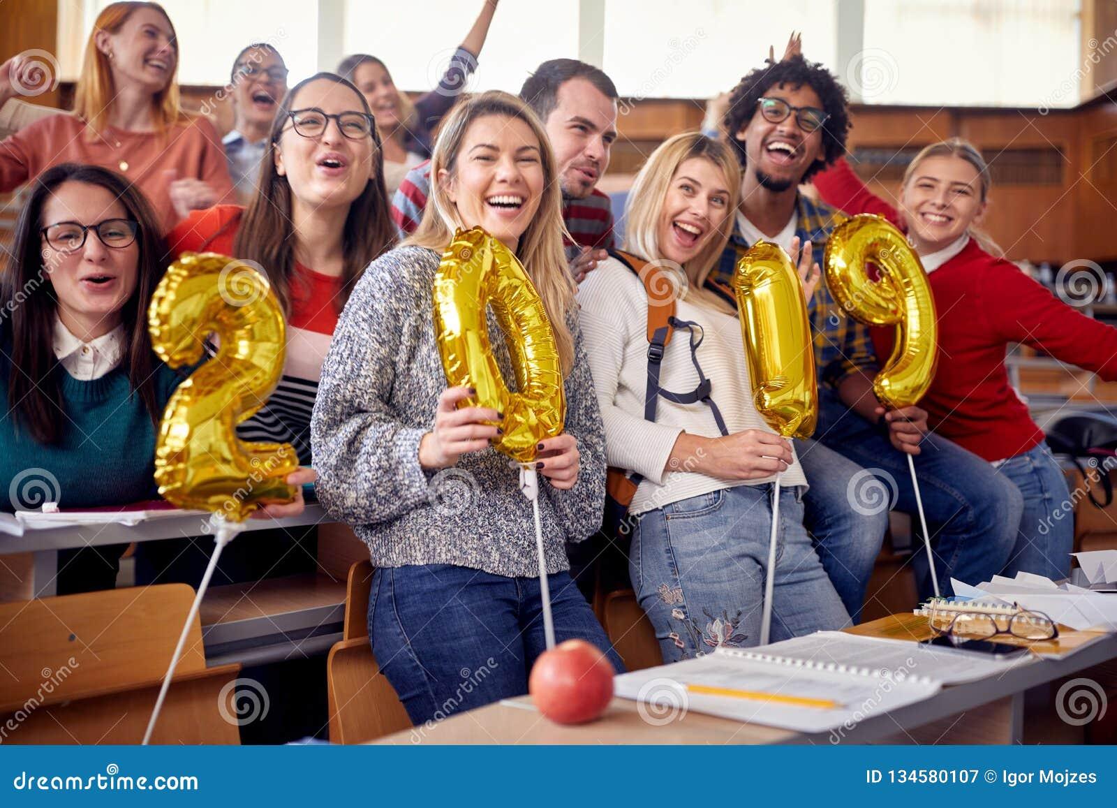 Kollegor som har gyckel på beröm för nytt år på universitet