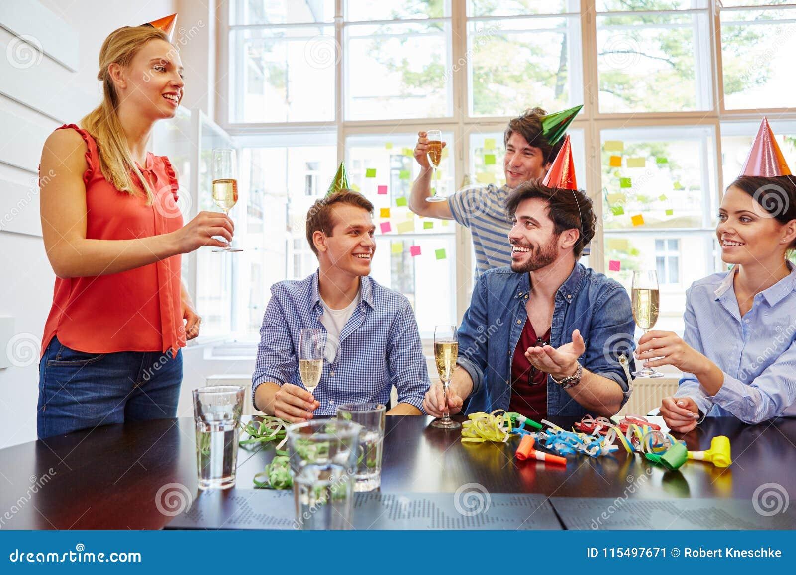 Kollegor som rostar på partiet