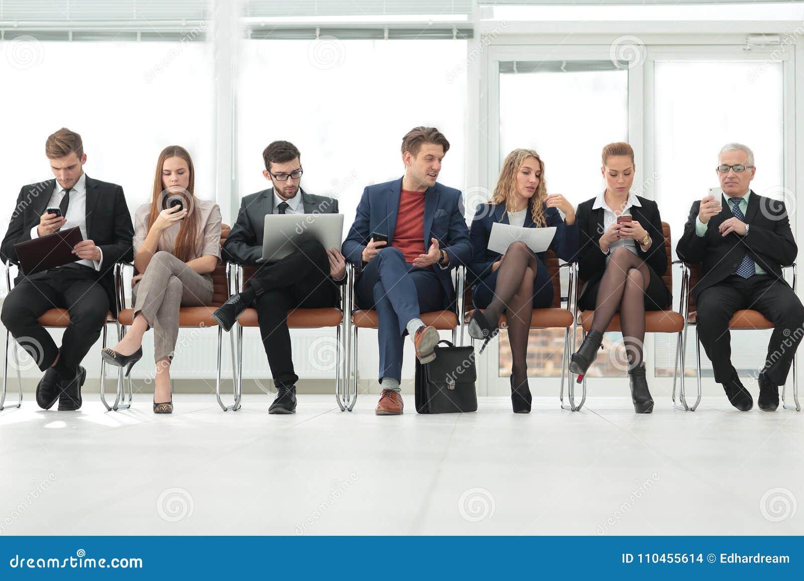 Kollegor som sitter i konferensrummet för mötet