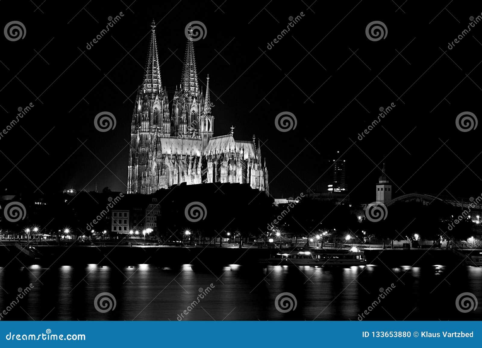 Kolońska katedra w czarny i biały przy nocą