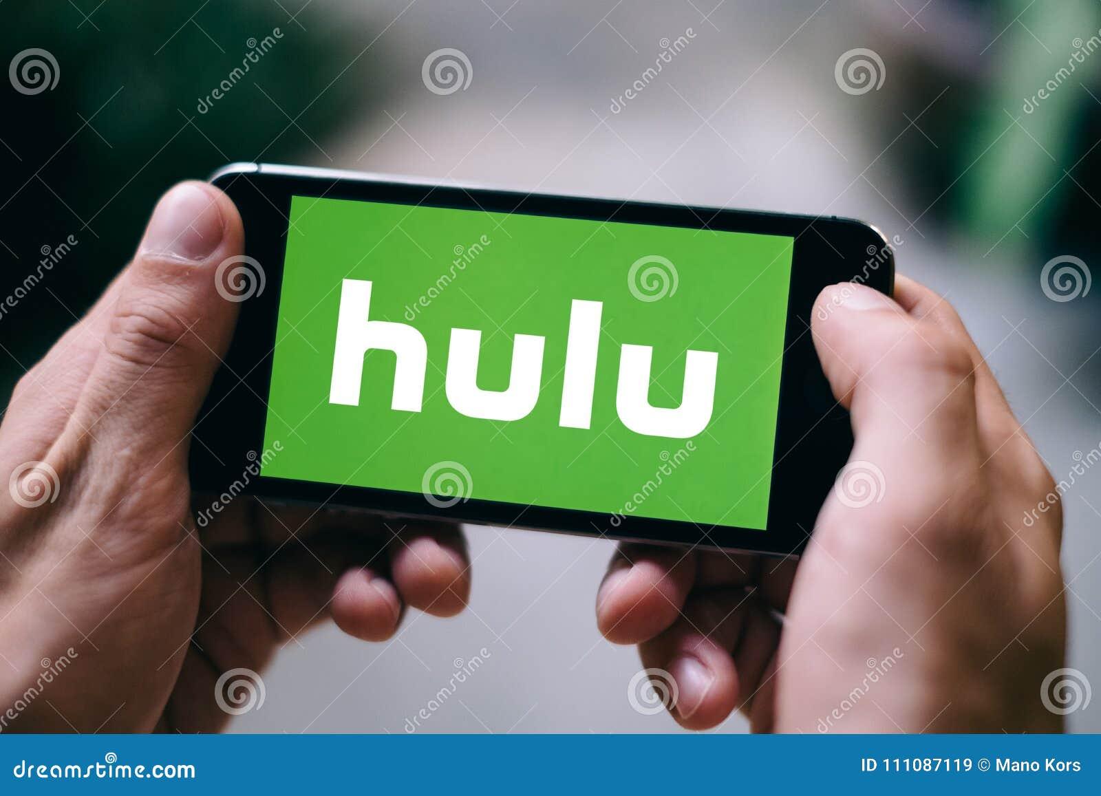 KOLONIA NIEMCY, LUTY, - 27, 2018: Zbliżenie wystawiający na Jabłczanym iPhone Hulu logo