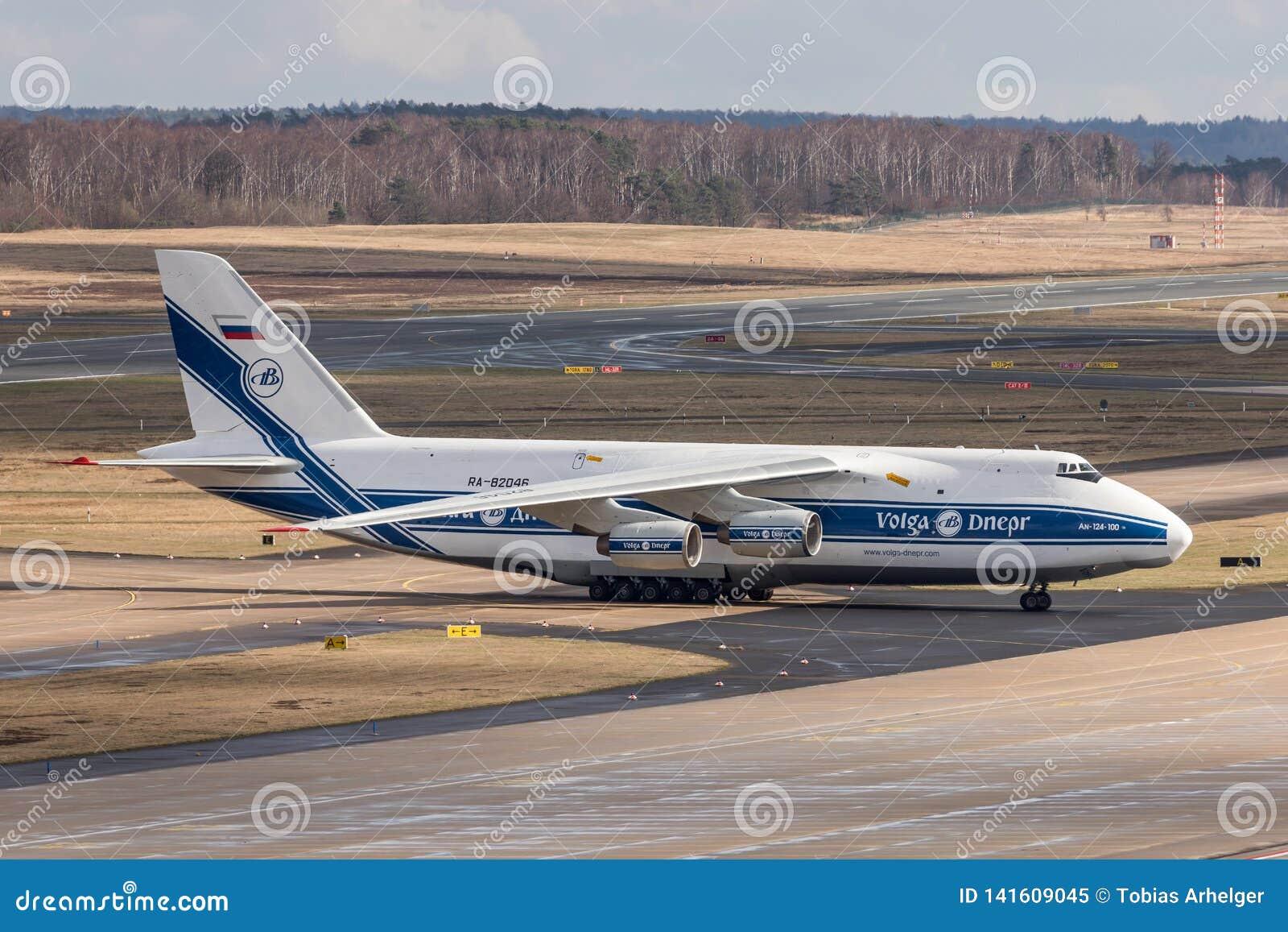 Kolonia nrw, Germany,/- 08 03 19: antonov 124 ładunku samolot przy cologne Bonn lotniskiem Germany