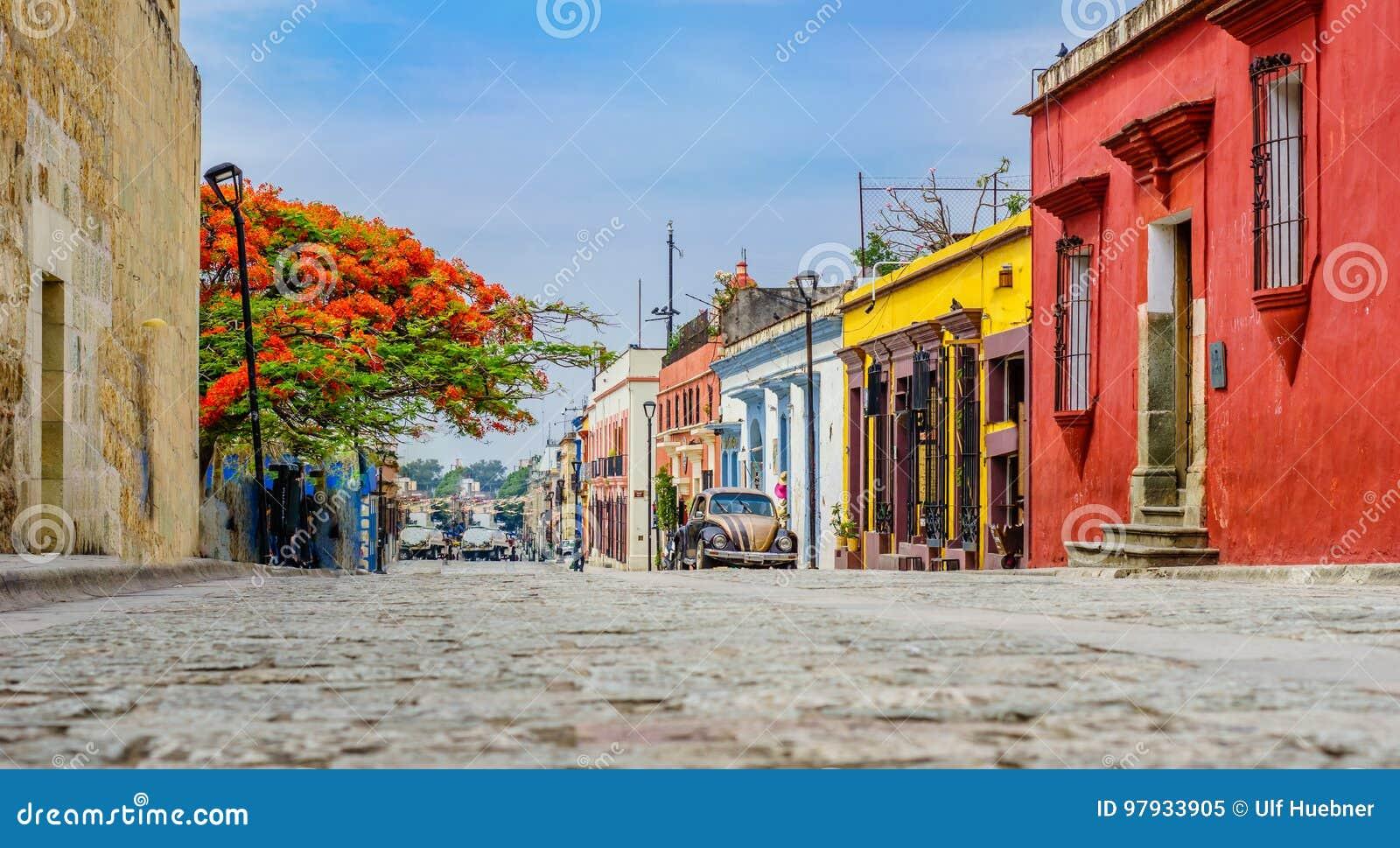 Koloniala buidlings i gammal stad av den Oaxaca staden i Mexico
