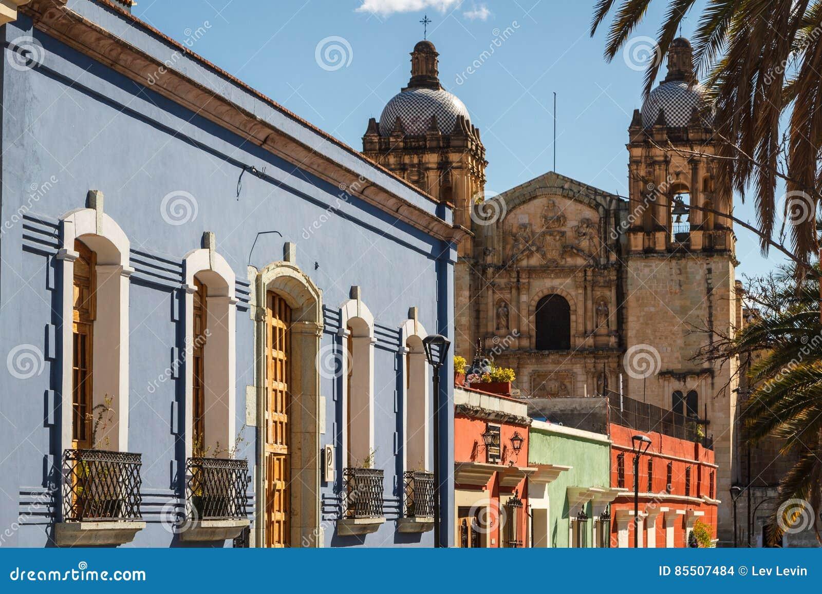 Koloniale voorgevels in het historische centrum van Oaxaca