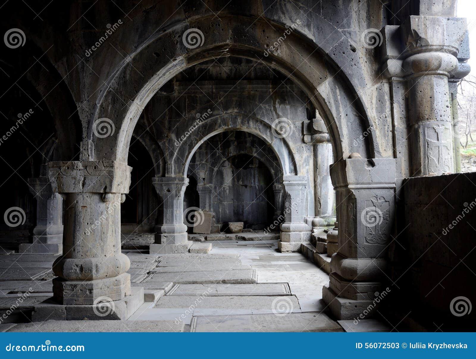 Kolonnade innerhalb der mittelalterlichen christlichen Kirche von Sanahin-Kloster