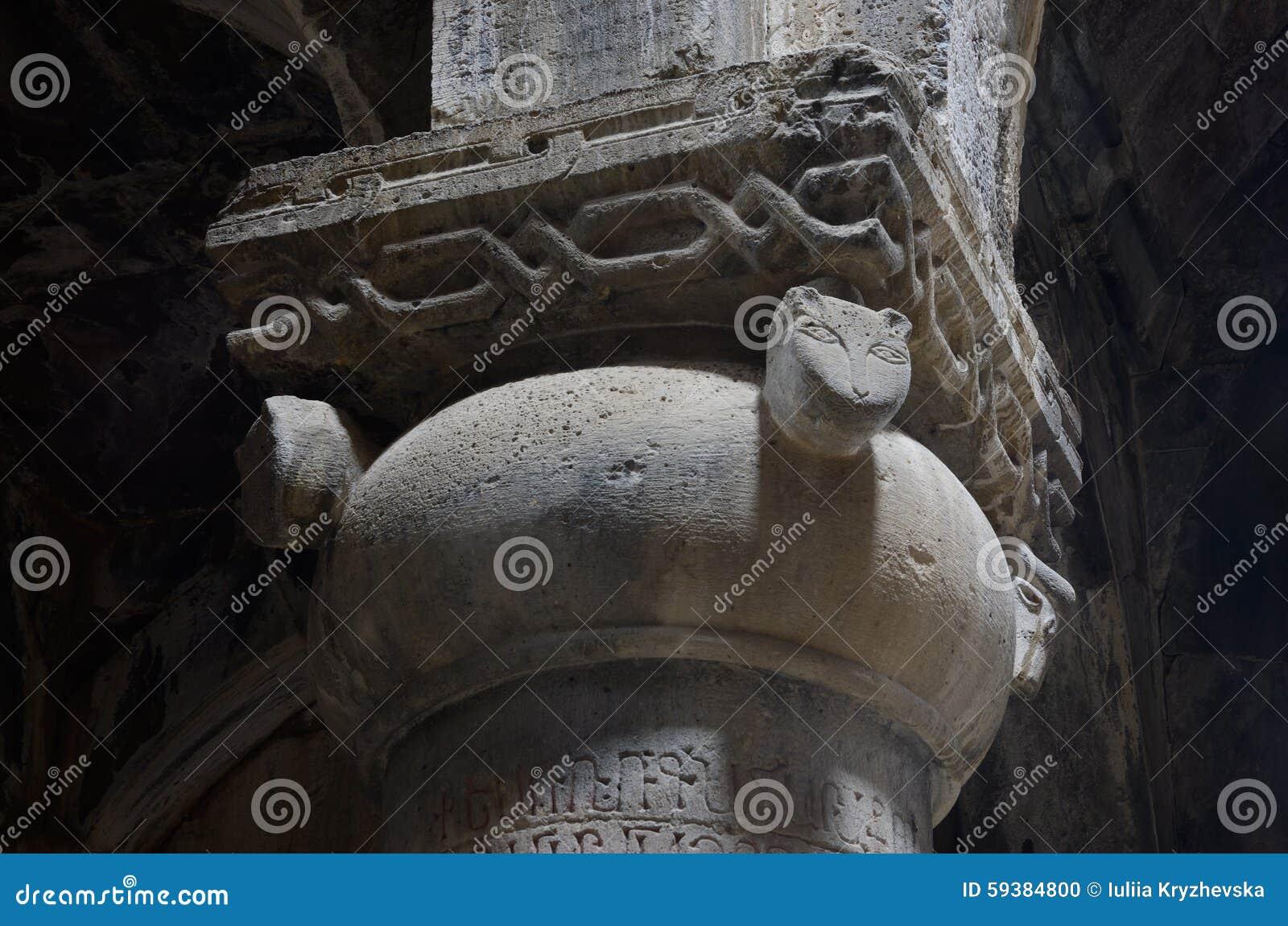 Kolonnen med katten heads garnering i medeltida kristen kyrka