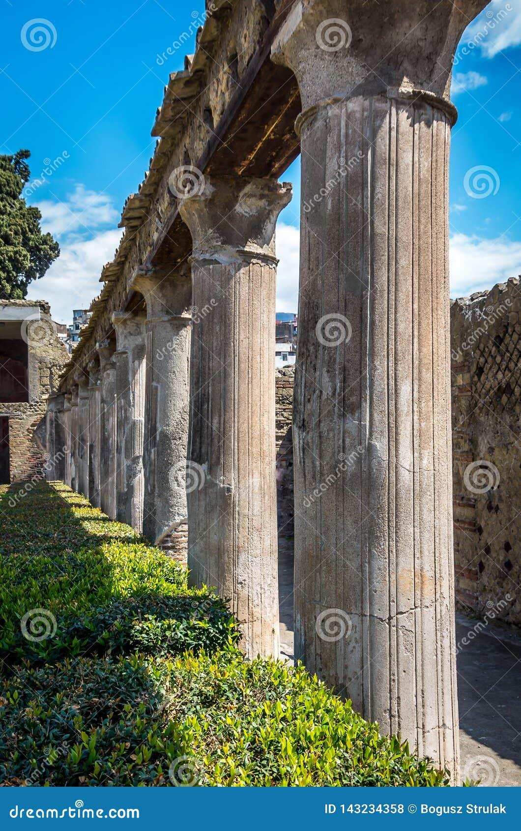 Kolonnpelare på fördärvar av Herculanum, som täcktes av vulkaniskt damm efter det Vesuvius utbrottet, Herculanum Italien