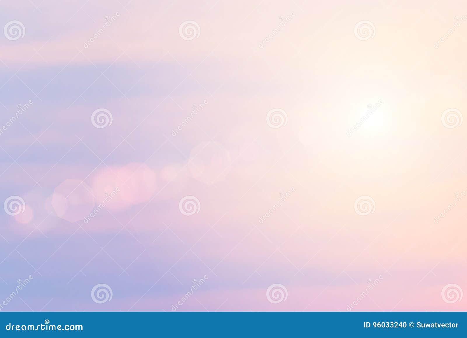 Kolor przez chmur w wieczór niebie