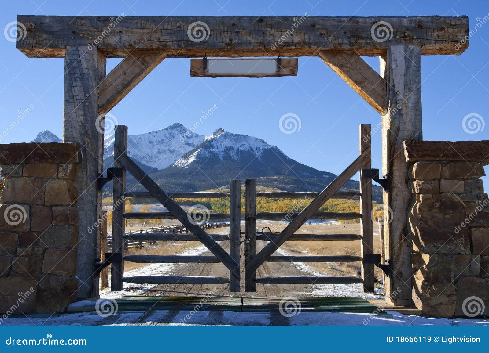 Kolorado-Ranch mit hölzernem Gatter