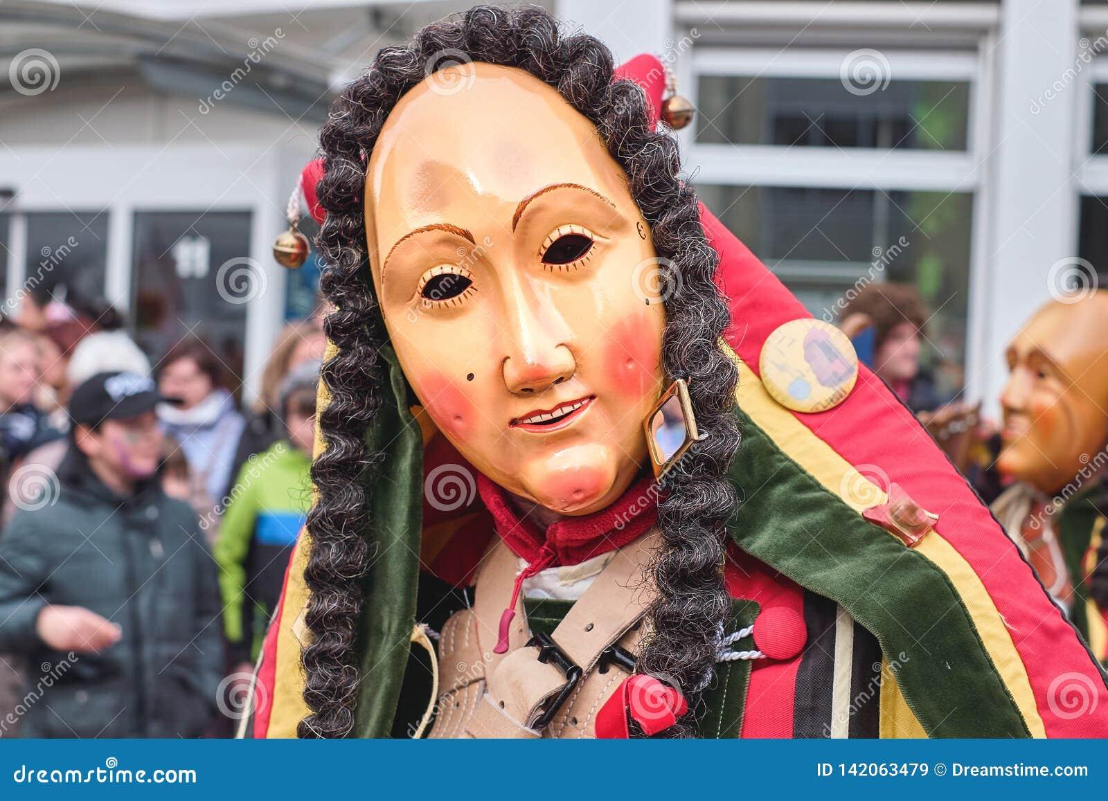 Kolorowa karnawałowa postać z życzliwą maską