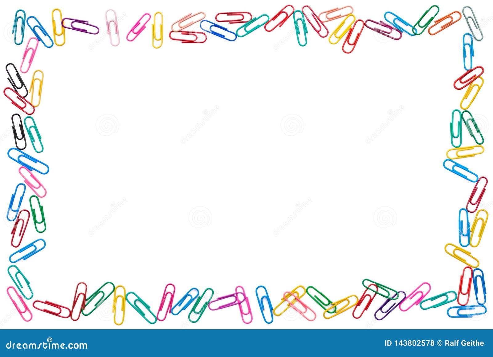 Kolorowa rama cluttered papierowe klamerki na białym tle