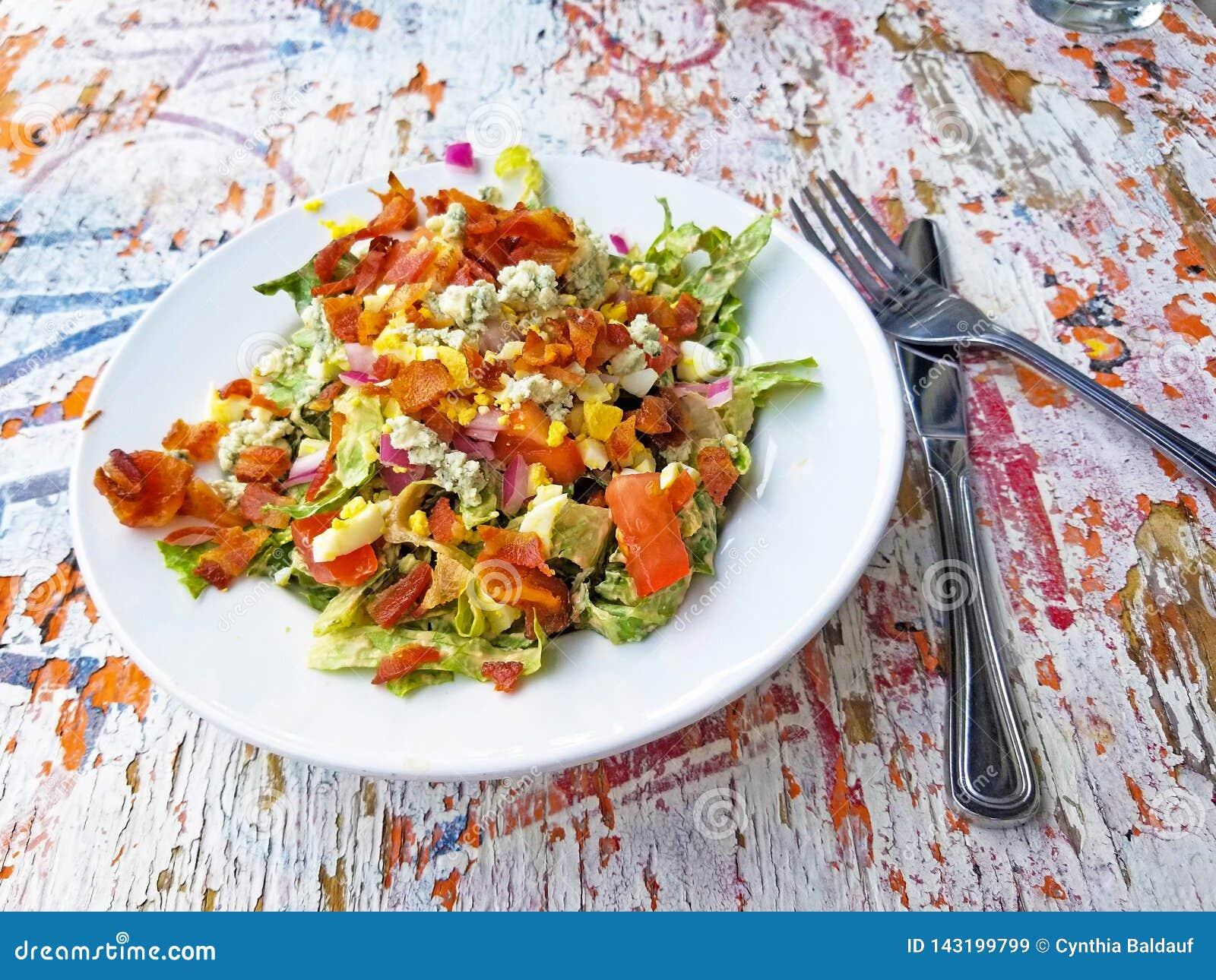 Kolorowa sałatka na rocznika Drewnianym stole