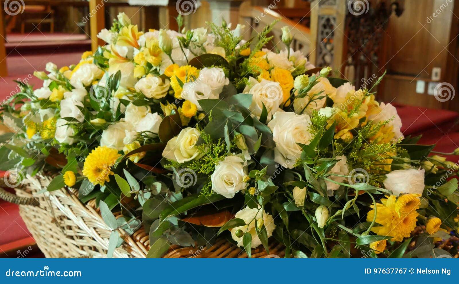 Kolorowa szkatuła w karawanie lub kościół przed pogrzebem