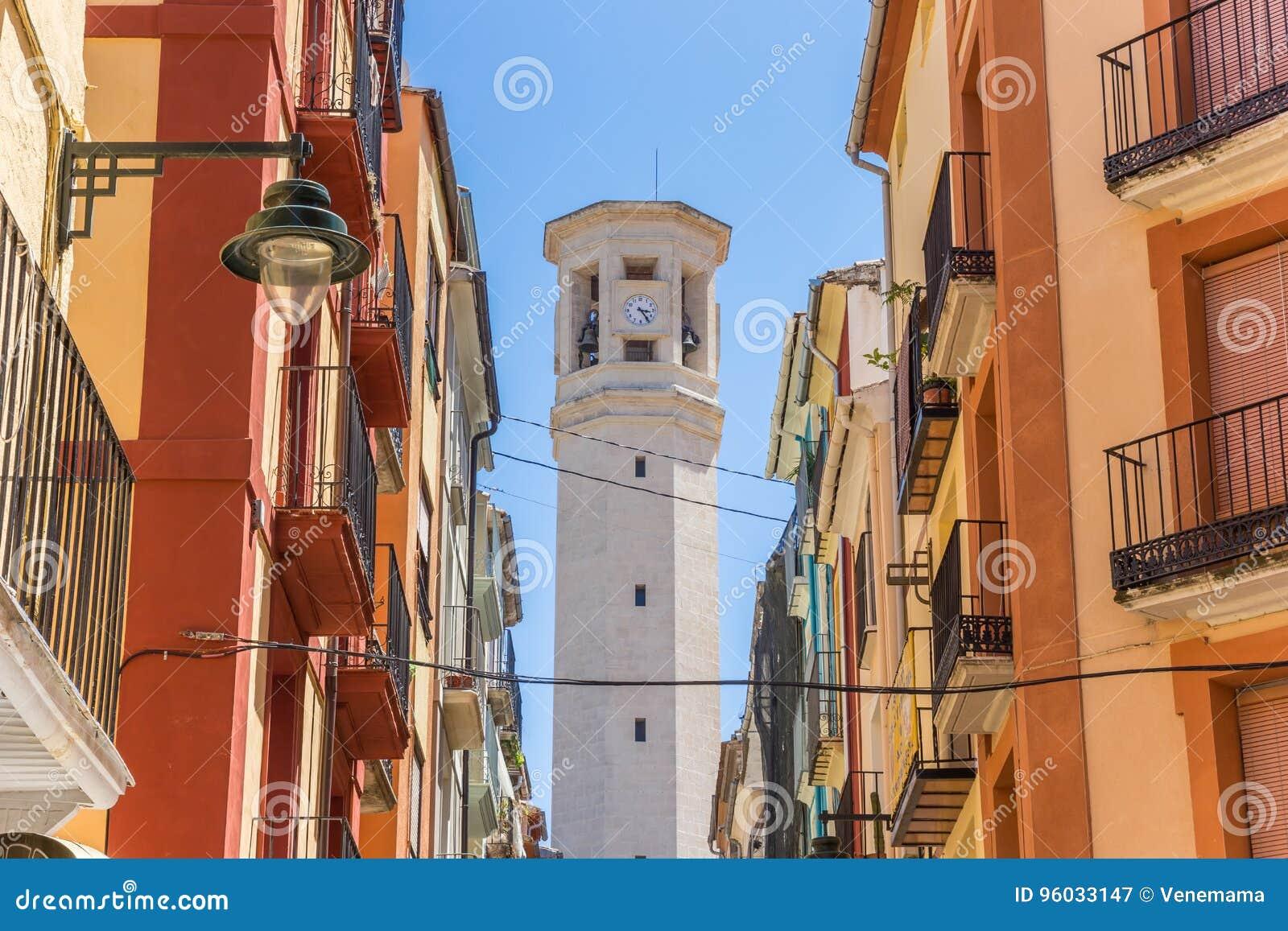 Kolorowa ulica i wierza Sant Maure kościół w Alcoy