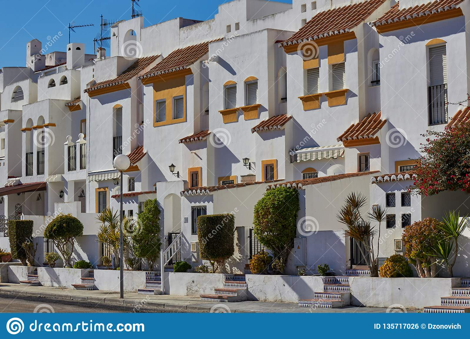 Kolorowa ulica z białymi domami