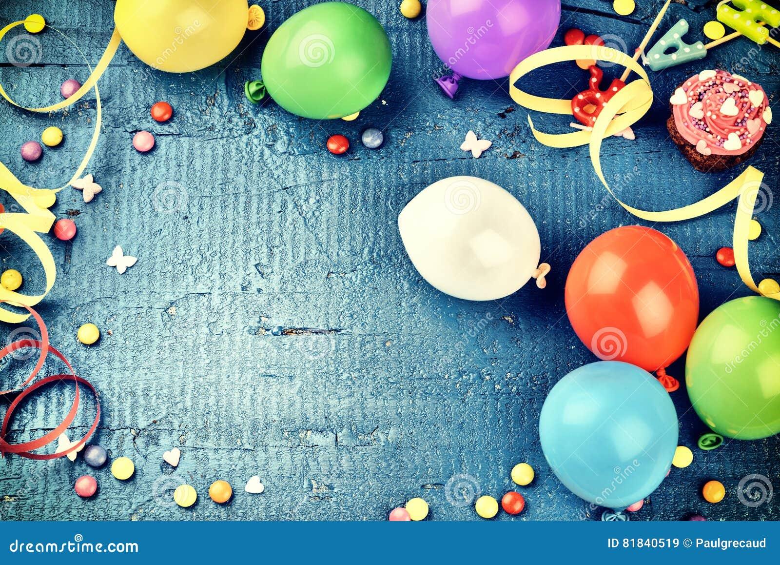 Kolorowa urodziny rama z multicolor partyjnymi rzeczami na zmroku - błękit