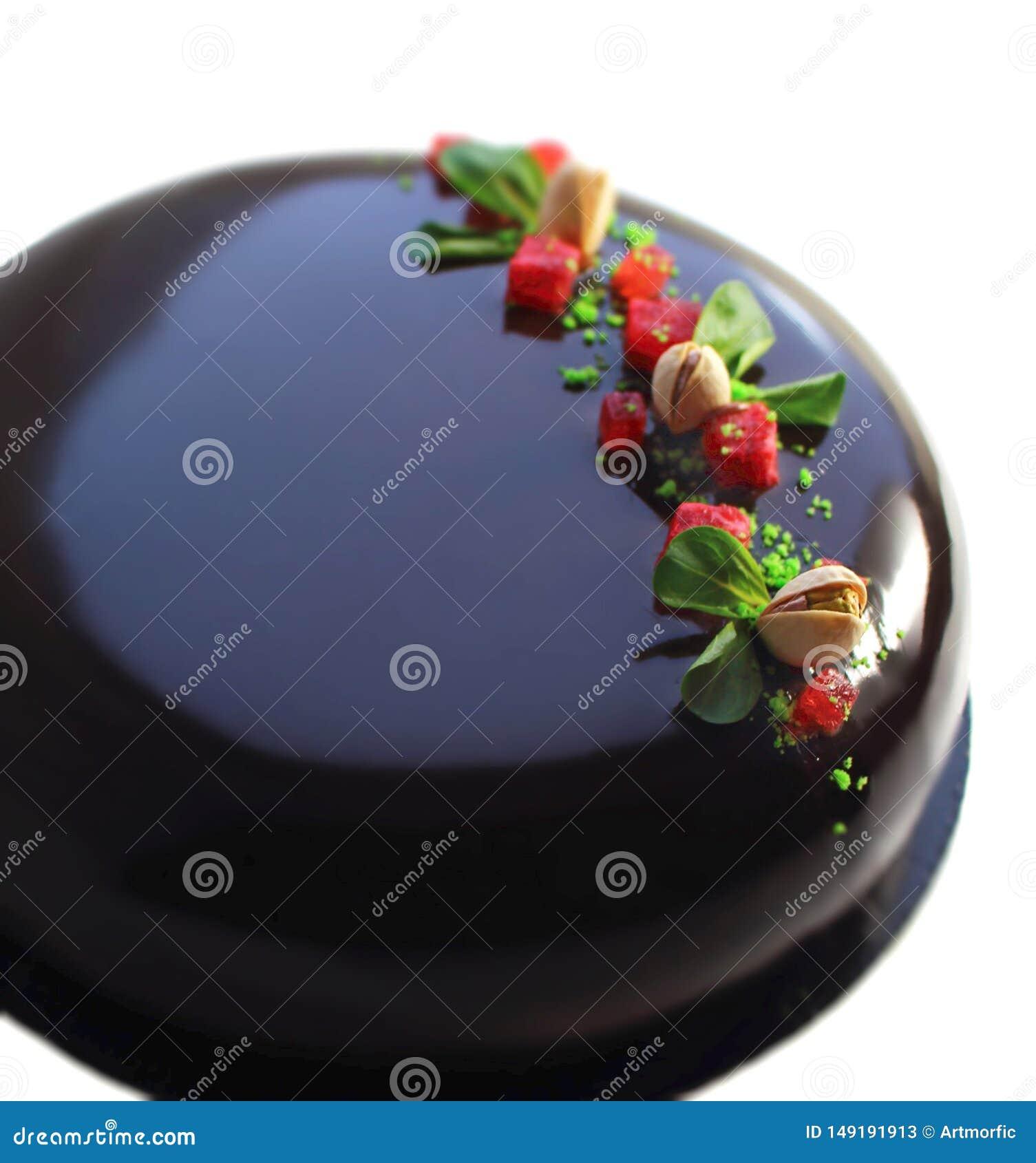 Kolorowa wiosny truskawka i pistacjowy czekoladowy tort z lustrzanym glazerunkiem, truskawek pistacjami, galaretowymi i surowymi