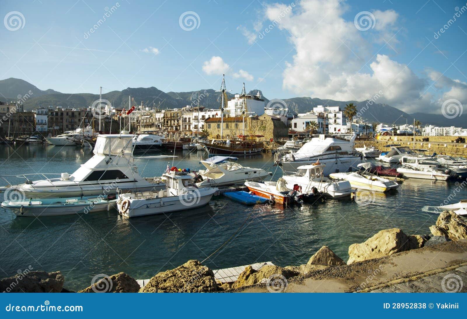 Kolorowe łodzie na porcie