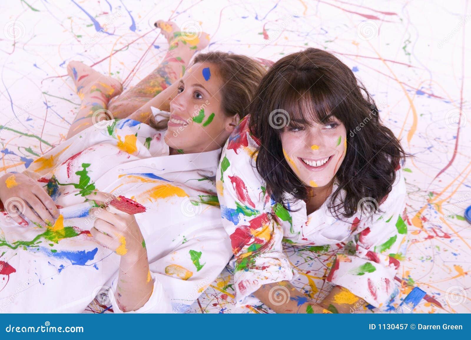 Kolorowe atrakcyjnymi objętych farby młode dwie kobiety.