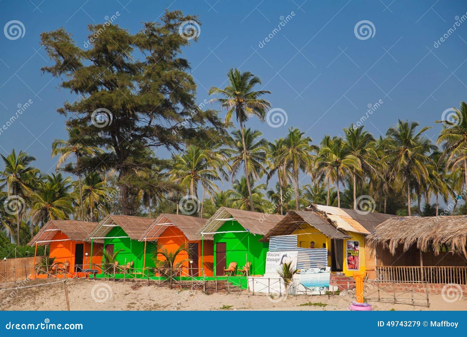 Kolorowe budy na plaży