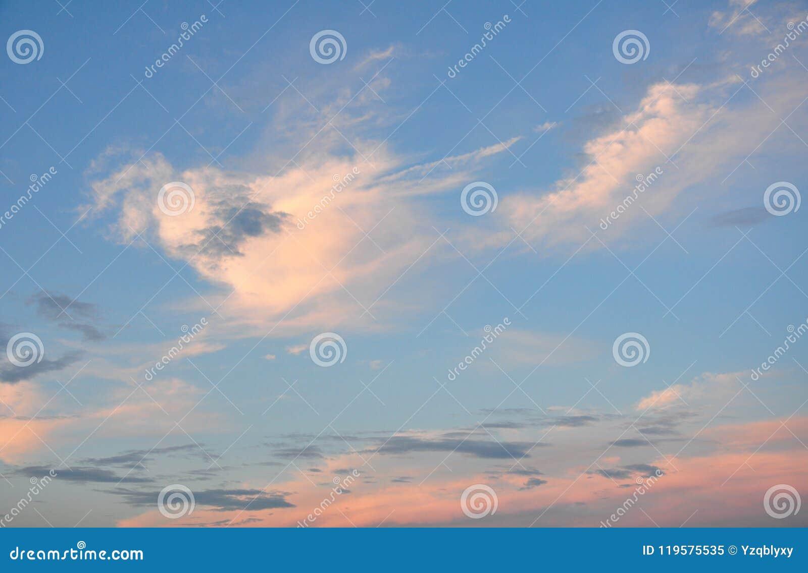 Kolorowe chmury w niebie przy zmierzchem